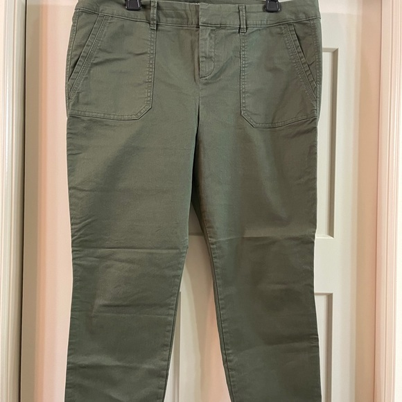 Old Navy olive pixie cut capris in size 14.